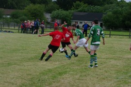 Maciej i Andrzej walczą o piłkę